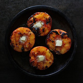Grilled peaches with oat struesel | SoupAddict.com