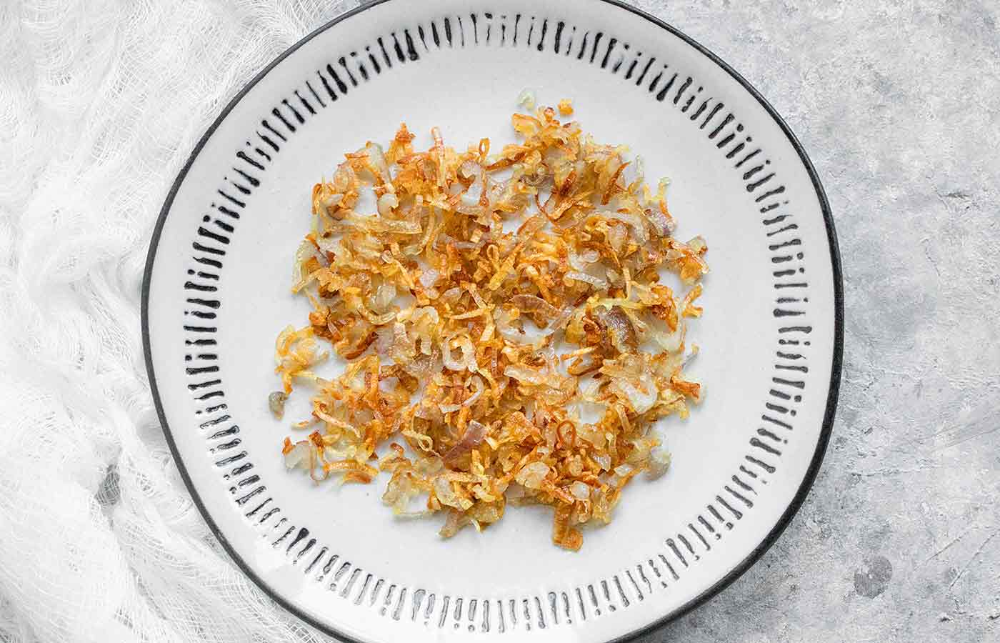 Frizzled shallots on a plate
